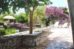 Территория. Черногория, Бигова : Дом в Бигова, площадью 200м2 с 4-мя отдельными спальнями, с большой гостиной и 2-мя кухнями, с 2-мя ванными комнатами, с 2-мя балконами и террасой с видом на море, 100 метров до пляжа