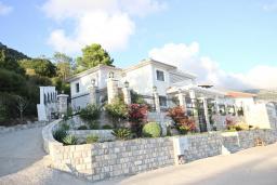 Фасад дома. Черногория, Сутоморе : Большая 2-х этажная вилла в Сутоморе (Заградже), площадью 280м2, с огромной гостиной, с 4-мя отдельными спальнями, с 3-мя ванными комнатами, с 2-мя террасами с шикарным видом на море, с большим бассейном, с местом для барбекю, с камином