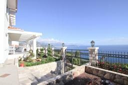 Территория. Черногория, Сутоморе : Большая 2-х этажная вилла в Сутоморе (Заградже), площадью 280м2, с огромной гостиной, с 4-мя отдельными спальнями, с 3-мя ванными комнатами, с 2-мя террасами с шикарным видом на море, с большим бассейном, с местом для барбекю, с камином