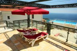 Черногория, Сутоморе : Большая 2-х этажная вилла в Сутоморе (Заградже), площадью 280м2, с огромной гостиной, с 4-мя отдельными спальнями, с 3-мя ванными комнатами, с 2-мя террасами с шикарным видом на море, с большим бассейном, с местом для барбекю, с камином