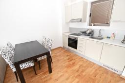Гостиная. Черногория, Пржно / Милочер : Современный апартамент для 2-4 человек, с отдельной спальней, с балконом с видом на море