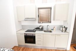 Кухня. Черногория, Пржно / Милочер : Современный апартамент для 2-4 человек, с отдельной спальней, с балконом с видом на море