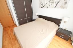 Спальня. Черногория, Пржно / Милочер : Современный апартамент для 2-4 человек, с отдельной спальней, с балконом с видом на море