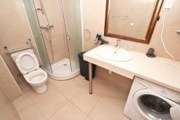 Ванная комната. Черногория, Пржно / Милочер : Современный апартамент для 2-4 человек, с отдельной спальней, с балконом с видом на море