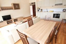 Кухня. Черногория, Пржно / Милочер : Современный апартамент для 4-6 человек, с 2-мя отдельными спальнями, с большой гостиной, с 2-мя ванными комнатами, с балконом с видом на море