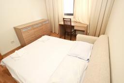 Спальня. Черногория, Пржно / Милочер : Современный апартамент для 4-6 человек, с 2-мя отдельными спальнями, с большой гостиной, с 2-мя ванными комнатами, с балконом с видом на море