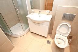 Ванная комната. Черногория, Пржно / Милочер : Современный апартамент для 4-6 человек, с 2-мя отдельными спальнями, с большой гостиной, с 2-мя ванными комнатами, с балконом с видом на море