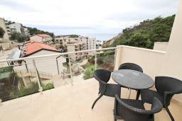 Балкон. Черногория, Пржно / Милочер : Современный апартамент для 4-6 человек, с 2-мя отдельными спальнями, с большой гостиной, с 2-мя ванными комнатами, с балконом с видом на море