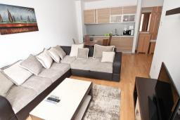 Гостиная. Черногория, Пржно / Милочер : Современный апартамент с отдельной спальней, с террасой