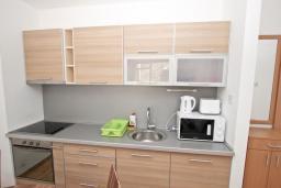 Кухня. Черногория, Пржно / Милочер : Современный апартамент с отдельной спальней, с террасой