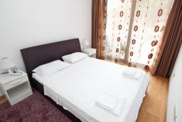 Спальня. Черногория, Пржно / Милочер : Современный апартамент с отдельной спальней, с террасой