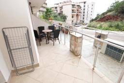 Терраса. Черногория, Пржно / Милочер : Современный апартамент с отдельной спальней, с террасой