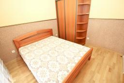 Спальня. Черногория, Рафаиловичи : Уютный апартамент для 4-6 человек, с большой гостиной, с 2-мя отдельными спальнями, 50 метров до моря