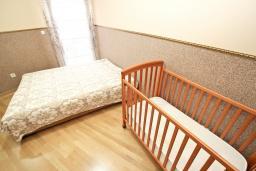 Спальня 2. Черногория, Рафаиловичи : Уютный апартамент для 4-6 человек, с большой гостиной, с 2-мя отдельными спальнями, 50 метров до моря