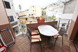 Терраса. Черногория, Рафаиловичи : Уютный апартамент для 4-6 человек, с большой гостиной, с 2-мя отдельными спальнями, 50 метров до моря