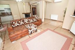 Гостиная. Черногория, Рафаиловичи : Роскошный, трехуровневый апартамент для 6-8 человек, с просторной гостиной, с 3-мя отдельными спальнями, с джакузи, с камином, с бассейном и большой террасой с шикарным видом на море, 50 метров до пляжа