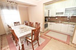 Кухня. Черногория, Рафаиловичи : Роскошный, трехуровневый апартамент для 6-8 человек, с просторной гостиной, с 3-мя отдельными спальнями, с джакузи, с камином, с бассейном и большой террасой с шикарным видом на море, 50 метров до пляжа