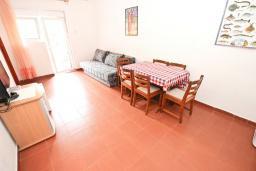Гостиная. Черногория, Петровац : Апартамент для 4-6 человек, с 2-мя отдельными спальнями, с просторной гостиной, с террасой