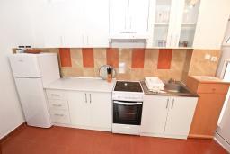 Кухня. Черногория, Петровац : Апартамент для 4-6 человек, с 2-мя отдельными спальнями, с просторной гостиной, с террасой