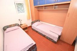 Спальня. Черногория, Петровац : Апартамент для 4-6 человек, с 2-мя отдельными спальнями, с просторной гостиной, с террасой