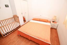 Спальня 2. Черногория, Петровац : Апартамент для 4-6 человек, с 2-мя отдельными спальнями, с просторной гостиной, с террасой