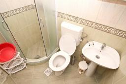 Ванная комната. Черногория, Петровац : Апартамент для 4-6 человек, с 2-мя отдельными спальнями, с просторной гостиной, с террасой