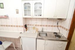 Кухня. Черногория, Петровац : Студия для 2-3 человек, с террасой