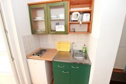 Кухня. Черногория, Добра Вода : Апартамент для 4-5 человек, с 2-мя отдельными спальнями, с балконом с шикарным видом на море, возле пляжа