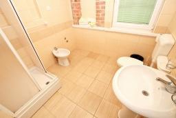 Ванная комната. Черногория, Добра Вода : Апартамент для 4-5 человек, с 2-мя отдельными спальнями, с балконом с шикарным видом на море, возле пляжа