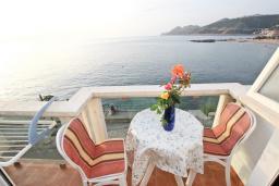 Балкон. Черногория, Добра Вода : Апартамент для 4-5 человек, с 2-мя отдельными спальнями, с балконом с шикарным видом на море, возле пляжа