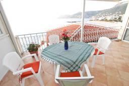 Терраса. Черногория, Добра Вода : Апартамент для 4-6 человек, с 2-мя отдельными спальнями, с террасой с шикарным видом на море, возле пляжа