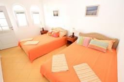 Спальня. Черногория, Добра Вода : Апартамент для 4-6 человек, с 2-мя отдельными спальнями, с террасой с шикарным видом на море, возле пляжа