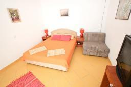 Спальня 2. Черногория, Добра Вода : Апартамент для 4-6 человек, с 2-мя отдельными спальнями, с террасой с шикарным видом на море, возле пляжа