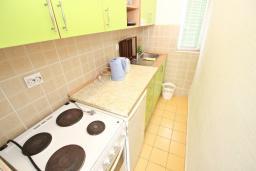 Кухня. Черногория, Добра Вода : Апартамент для 4-6 человек, с 2-мя отдельными спальнями, с террасой с шикарным видом на море, возле пляжа