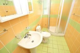 Ванная комната. Черногория, Добра Вода : Апартамент для 4-6 человек, с 2-мя отдельными спальнями, с террасой с шикарным видом на море, возле пляжа