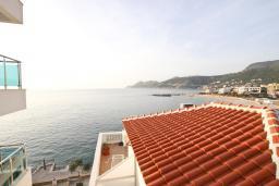 Вид на море. Черногория, Добра Вода : Апартамент для 4-6 человек, с 2-мя отдельными спальнями, с террасой с шикарным видом на море, возле пляжа