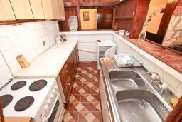 Кухня. Черногория, Риека Режевичи : Большая студия для 3 человек, с террасой с видом на море