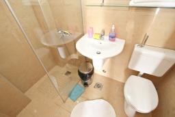 Ванная комната. Черногория, Риека Режевичи : Комната для 2-3 человек, с террасой с видом на море