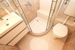 Ванная комната. Черногория, Риека Режевичи : Апартамент с отдельной спальней, с террасой