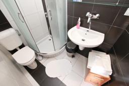 Ванная комната. Черногория, Риека Режевичи : Студия с балконом с видом на море на вилле с бассейном