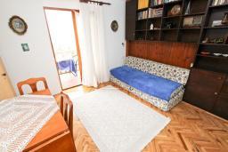 Гостиная. Черногория, Риека Режевичи : Апартамент с отдельной спальней, с террасой с видом на море