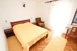 Спальня. Черногория, Риека Режевичи : Апартамент с отдельной спальней, с террасой с видом на море