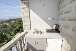 Кухня. Черногория, Риека Режевичи : Апартамент с отдельной спальней, с террасой с видом на море