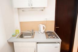 Кухня. Черногория, Риека Режевичи : Апартамент с отдельной спальней, с балконом с видом на море