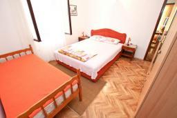 Спальня. Черногория, Риека Режевичи : Апартамент с отдельной спальней, с балконом с видом на море
