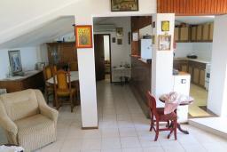 Гостиная. Черногория, Риека Режевичи : Апартамент для 4 человек, с большой гостиной, с 2-мя отдельными спальнями, с террасой с видом на море