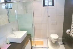 Ванная комната. Черногория, Риека Режевичи : Апартамент для 4 человек, с большой гостиной, с 2-мя отдельными спальнями, с террасой с видом на море