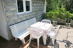 Терраса. Черногория, Риека Режевичи : Апартамент для 4 человек, с большой гостиной, с 2-мя отдельными спальнями, с террасой с видом на море