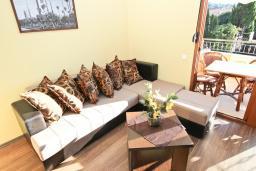 Гостиная. Черногория, Сутоморе : Апартамент с отдельной спальней, с террасой и балконом