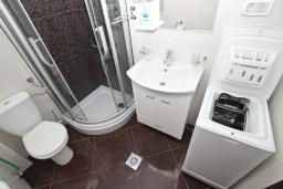 Ванная комната. Черногория, Сутоморе : Апартамент с отдельной спальней, с террасой и балконом